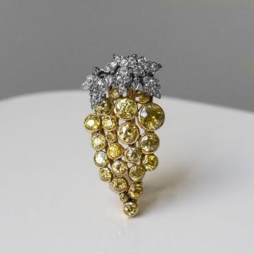 """Clip """"Grappe"""" en or, platine, diamants et diamants jaunes - vers 1910"""